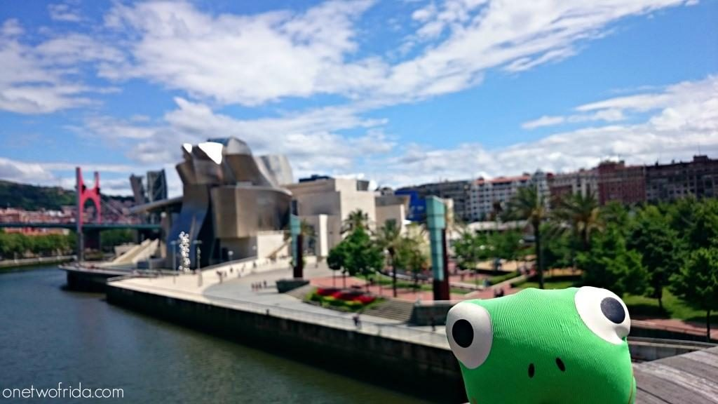 Frida davanti al Guggenheim di Bilbao