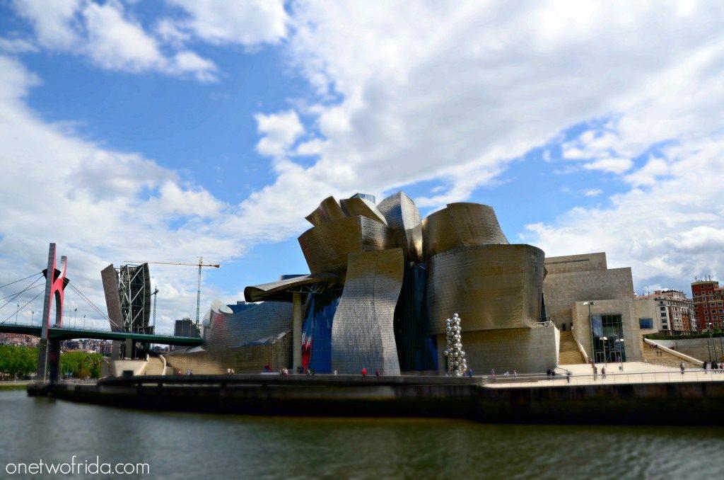 Il Museo Guggenheim di Bilbao si affaccia sul fiume Nervion
