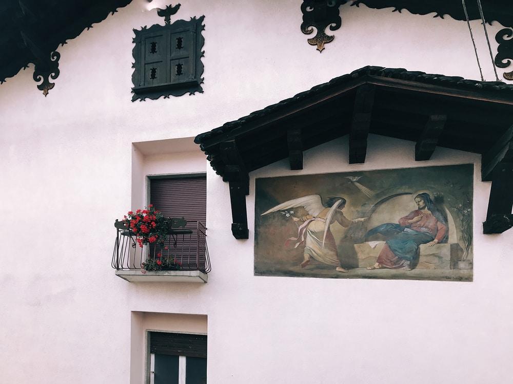 L'Annunciazione del pittore bergamasco Arzuffi è uno dei 70 murale che si nascondono tra le case di Dossena, credit foto Cristiana Pedrali